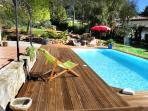 la pîscine et sa belle terrasse bois