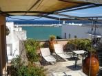 L'ampio terrazzo è attrezzato di gazebo, tavolo con sedie e salottino per comode e rilassanti cene.