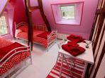 chambre 4 à l'étage : 2 lits 1 personne 90x190