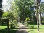 Déambuler dans les allées du parc ou lire ou faire la sieste sous les arbres centenaires...