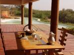 Petits déjeuners et repas sur la terrasse du Lounge le Virunga face à la lagune