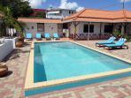 Het zwembad met zonnedek en zonnebedden
