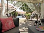 Zicht vanuit de gazebo maar het centrale plein met zwembad