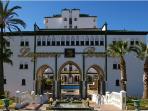 Portico de entrada de la Urbanizacion Laguna Beach