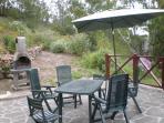 Barbacoa con sillas y hamacas