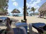 Heerlijk relaxen op het strand bij Daaibooi Baai achter Sint Willibrordus