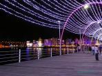 De Pontjesbrug bij avond in Kerstsfeer. Daarachter de Handelskade met gezellige terrasjes