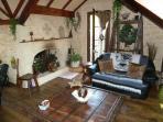 salon avec cheminée  à foyer ouvert pour l'hiver