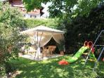 giardino con giochi per gli ospiti