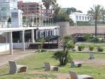 vista del restaurante botavara desde la bajada a la playa