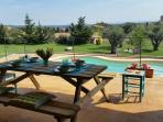 Comedor de verano delante de la piscina, con vista al Empordà
