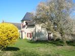 La jardin devant la maison au Printemps - A flowered garden in spring