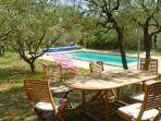 Oliveraie Jardin avec accès piscine et transat.