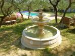 Fontaine jardin avec poissons
