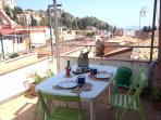 Terrazzo con vista teatro greco- romano