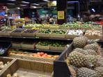 le supermarche bien achalandé Hardys (alimentaire, souvenirs, vetements)