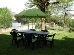 Pour la relax et le jeu une pelouse avec salon de jardin