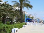 Paseo maritimo que separa la Urbanizacion de la playa
