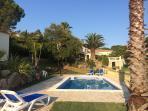 The garden has plenty of areas to sunbathe, bbq & relax