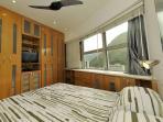 cama queen-size, ar-condicionado e ventilador de teto