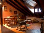 El salón de una de las estancias, donde la madera es protagonista, no desearas marchar.