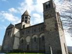 Gardez du temps pour une visite à l'église de St Nectaire, l'un des joyaux de l'art roman auvergnat.