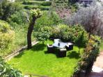 Le jardin privatif avec barbecue, salon de jardin pour 4 et parasol