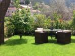 Le jardin avec salon de jardin, barbecue et parasol