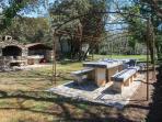 espace repas ombragée vigne vierge et terrain de foot