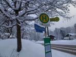 Skibushaltestelle am Haus ( fünf Minuten zur Talstation)