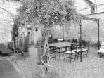 jardin patiot clos comprenant pergola abritant table fer forgé, 4 bains de soleil, balancelle,