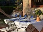 Cena sotto il portico arredato con vista sul lago Trasimeno