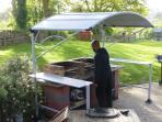 Le coin cuisine d'été, abrité de la pluie permet des barbecues quelque soit le temps