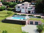 La villa: il giardino, la piscina, il parcheggio.