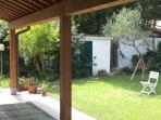 Scorcio dell'ampio patio all'ombra sul retro della casa dalla parte della cucina