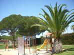 parque con juegos infantiles dentro del recinto de la urbanización