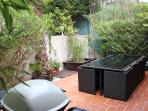 Table exterieur avec barbecue gaz Weber