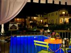Appartamento Peonia Borgo le Capannelle - Piscina illuminata in notturna vista da palco