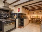 AMPLE KITCHEN SPACE FOR EVERYONE