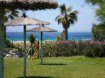 zona de piscina de cesped con vistas directas al mar