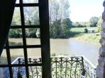 Le balcon de la chambre romantique avec vue sur la rivière