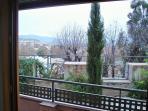 Vistas desde el salón-área comedor. Jardín y al fondo Sierra Nevada