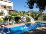 Finca Montañas y Mar/Jazmin : Large community pool with a nice barbecue area right next to the pool
