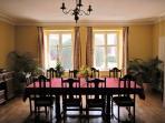 La salle à manger, dans cette photo pour 10 personnes, mais ça peut être arranger pour 22