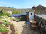 LOFT COTTAGE, cosy romantic cottage, WiFi, en-suite, parking, private patio, Whatstandwell, Ref. 25448