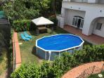 Vista giardino con Piscina e gazebo e ingresso in appartamento