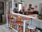 Bar cuisine 6 tabourets vue sur salon, séjour