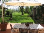 Tavolo all'aperto con vista sul giardino