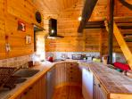 Very well equipped 'American' kitchen with dishwasher, fridge, ice-cubes maker, toaster, ...