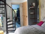 Un colimaçon, qui mène à l'étage sous pente qui abrite 2 lits simples